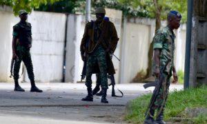 Vendredi 12 mai 2017. Abidjan. Des soldats ivoiriens sont descendus dans les rues d'Abidjan, de Bouaké et Korogho en tirant des coups de feu en l'air pour marquer leur mécontentement.